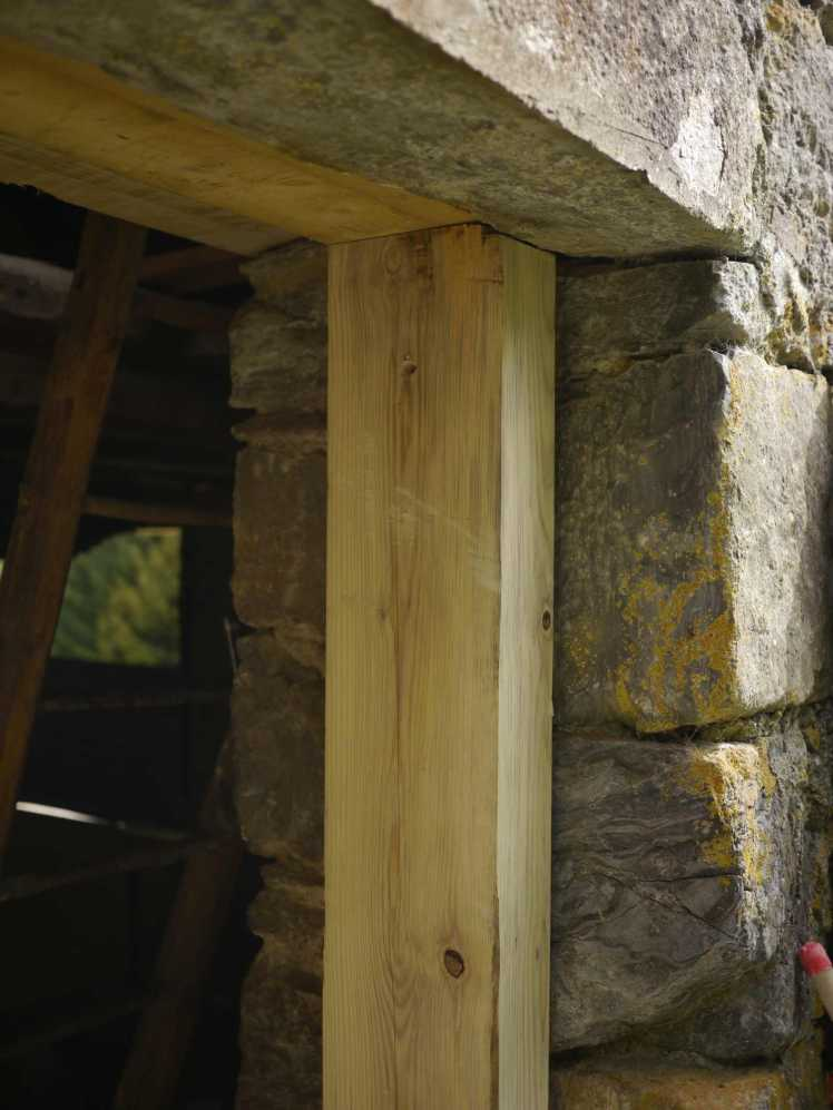 Remplacement des cadres et linteaux de portes grange foraine for Cadre de porte interieur